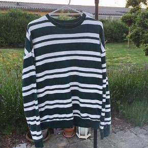 Grøn Urban Outfitters oversize sweatshirt i rigtig god stand. Vil vurdere den til at fitte M / M-L. Fejler ingenting. Byd.
