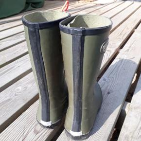 Rigtig fine gummistøvler med lyserøde snørebånd (billederne snyder), standen er næsten som ny. Der er dog lidt stoff i skaftet, der sidder løst (kan limes).