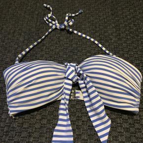 Stribet bikini-overdel fra H&M Passer ca. A/B skål  Brugt 2 gange🙂