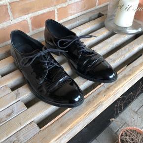 Skoene sælges da str. ikke passer mig:)  BYD!