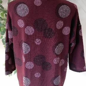 Bordeaux trøje med 3/4 ærmelængde fra Vero Moda. Brugt 2 gange  Brystvidde 110 cm Længde 63 cm Ærmelængde 26 cm  Materialer: Polyester Elestan