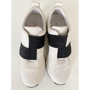 Fede hvide sneakers med sorte elastikker fra Blue on Blue.   - Str. 37.  - Gode at have på.  - I skind.  - God men brugt, da der desværre er lidt mærker indvendigt. Lægges ikke så meget mærke til i brug. Kan evt. fjernes med viskelæder eller lign.   Nypris 999,-