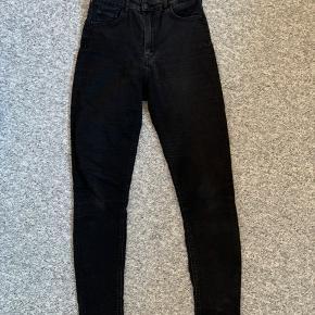 Sælger disse højtaljede bukser Weekday. Brugt en del og sælges billigt!