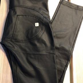 Freddy wr up eco leather i str. M :D De er brugte et par gange og har ingen ridser eller andet end det der ses på billederne :)