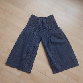 Sort/grå stribet bukser i str. XL.  Måler ca. 62 cm i omkreds. Og længden er ca. 49 cm. målt fra indersømmen på buksebenet.  Hentes i Roskilde eller sender med DAO mod betaling af fragt.  #30dayssellout