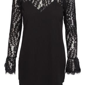 """Varetype: Midi Farve: Sort Oprindelig købspris: 600 kr.  Super flot kjole fra Neo Noir af mærket """"Kira Lace Kjole"""". Aldrig brugt - stadig med prisskilt i.  Bytter ikke . Ved Ts handel betaler køber Ts gebyret"""