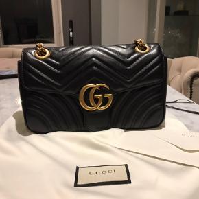 Säljer min Gucci väska (GG Marmont small)  då den inte får tillräckligt med uppmärksamhet från mig längre. Kvitto, dustbag och kartong samt påse medföljer. Perfekt skick, knappt använd.