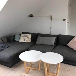 To hvide Woodpoint sofaborde med egetræsben sælges samlet. De har nogle mindre brugsspor, men står pænt og er ret hårdføre. Diameter på hhv 50 og 60 cm.