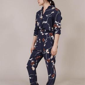 Varetype: bukser blomstret Farve: Blå Oprindelig købspris: 1000 kr.  Sælger disse fine bukser fra Ganni.  De sælges 150 + porto eller kan afhentes på Østerbro :-)
