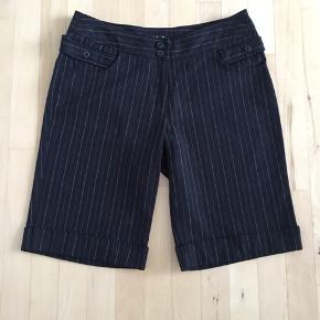 Fine shorts fra Vila i str. S. Aldrig brugt. Materiale: 65% polyester 35% viscose Indvendig benlængde: 28 cm
