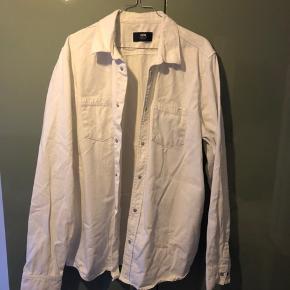 Hvid skjorte fra Wood Wood Denim. Brugt meget få gange. Rigtig god stand. Kan afhentes på Nørrebro eller sendes for købers regning.