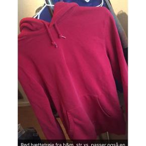 Rød hættetrøje fra h&m, str xs, passer også en s. Den skal vaskes