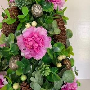 Unik Blomster-dekoration med naturtro kunstige blomster -Jeg er kunstner og har selv lavet denne dekoration , så den kan ikke findes andre steder 😜😜 Kan stå alle steder ...Den tog tre dage at lave ... Holder evigt og kan vaskes med en fugtig opvaskebørste ... Højde 35 cm ...bredde ca 18 cm -K