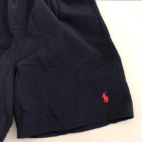 Helt nye badeshorts fra Ralph Lauren i navy. Fejlkøb da modellen ikke er god til mig. Prismærket er taget af og de er prøvet på, men er ALDRIG vasket eller brugt. Nypris