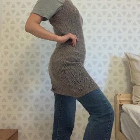 Mega cool lilla/grå strik-kjole fra Noa Noa med mønster.  Købt i genbrug for et par år siden, men viser ikke tegn på slid.  Ser super cool ud stylet ovenpå en t-shirt eller bukser, da den er meget gennemsigtig.