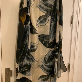 Smukt tørklæde fra Munthe. Brugt en sæson, ok stand. Bud fra 100 kr pp. Bytter ikke. Kan afhentes på Frederiksberg.