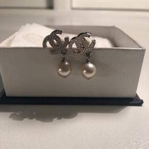Chanel øreringe i rigtig fin stand, kun brugt et par gange. Har kvittering. Mindstepris 1000kr.