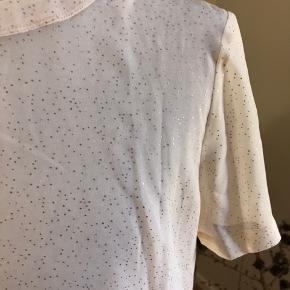 Super flot bluse fra Sømsøe & Samsøe i en lidt gennemsigtigt kvalitet med guld prikker. Brugt ganske få gange.  (pletterne på billederne er fra ginen og ikke fra bluse)