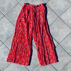 Fine bukser fra Zara Passes af en XS og S Perfekt stand. Aldrig brugt