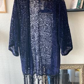 Flot mørkeblå kimono fra Zara.   Køb andre annoncer og få mængderabat 🌸