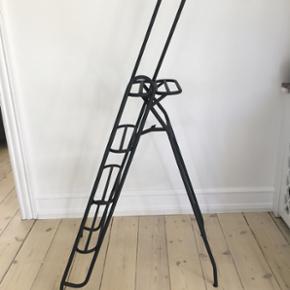 Stige - relativ tung metal og helt stabil. Rustbehandlet, malet og lakeret. Bare super flot i form og udtryk Højde 142 cm Dybde udslået 71 cm