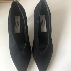 Varetype: NYE heels Farve: sort  Fine stilletter med behagelig hæl. De er i ruskind og aldrig brugt. Sendes med Dao :)