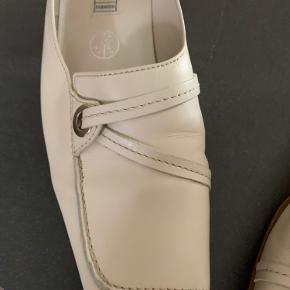 Elegant flad sko i creme farve i str. 4 1/2. Skoen er smal.