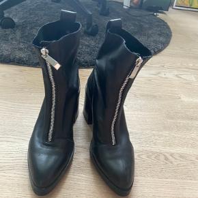 Støvler fra ZARA - brugt meget få gange - str 36
