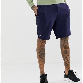 Lækre sweat shorts fra Lacoste. Ubrugt med tags.  Nypris = 500 kr. Fra 2019 sæsonen.  Lommer i siderne og baglomme. Snøre i livet.  Størrelse 4 = medium.  Sendes med DAO.  PRISEN ER FAST. FORHANDLES IKKE.  Prisen er inkl fragt.