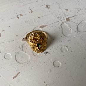 Sælger denne ring fra månesten, nypris var 700kr. Sælger den da, jeg ikke kan passe den mere. Vil gerne have ca. 400 kr. fra den.   Str 54  Skriv endelige💛