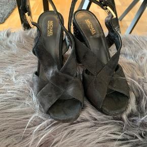 Fine sko med hæl. På billederne er de lige blevet renset, så derfor snyder farven lidt, de er super fine og helt sorte.
