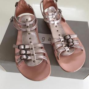 Varetype: Sandaler Farve: Se billede Oprindelig købspris: 1200 kr.  Super flotte sandaler, som er helt nye:-)                                Indv. mål er 25 cm                                Bytter ikke og prisen er fast:-)