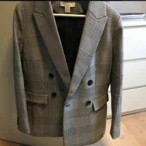 Dobbeltradet ternet blazer/jakke H&M Trend str. 40. Super fin og kraftig kvalitet. Brugt en enkelt gang :-) Jeg vil mene at hvis du er en str. 36/38 vil den være oversize på den perfekte/gode måde. Rigtig fin som jakke :-)
