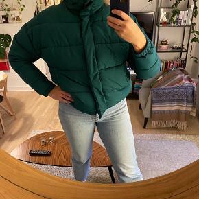 Light before dark, Urban Outfittets cropped puffer jacket. Oversized str M. Dejlig varm og cool vinterjakke, gammel favorit. Købt i 2016, brugt en del, men fejler intet!