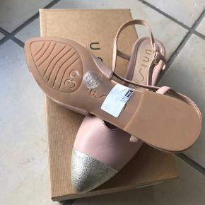 Super fine rosa sandaler med sølv snude. Aldrig brugt. Nypris kr 899,-.