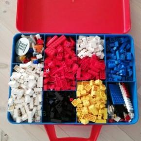 Stor kuffert med lego. Blandet farver