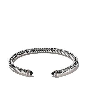 Enestående smukt og tidløst Armbånd fra verdensberømte David Yurman. Armbåndet er snoet sølv med facetteret sort onyx og 0.20 ct. diamanter. Original smykkepose medfølger. Armbåndet er fra Cable Classics collection.