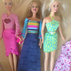 Brand: Mattel Varetype: 3 Barbiedukker med tøj og div. sko/tilbehør Størrelse: x Farve: x  I meget fin stand.