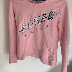 Lyserød Kenzo trøje i str. L (lille i størrelse ).   Trøjen fremstår flot med rund hals i en fin lyserød farve. Trøjen er dejlig blød, da den er 100% bomuld.   Jeg sender med DAO gennem trendsales på købers regning.   Har du spørgsmål eller ønsker flere billeder, så skriv en besked.