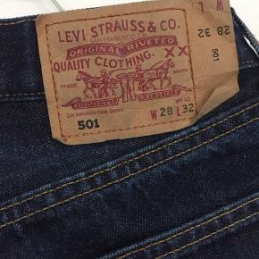 Levi's jeans, model 501, str. W28 L32. Knappelukning. Extra knap tilføjet.