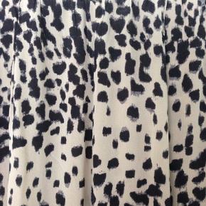 De velkendte lækre silkebukser med spandex. Disse er med beige bundfarve og sort og gråt mønster. Nypris 2000 kr.