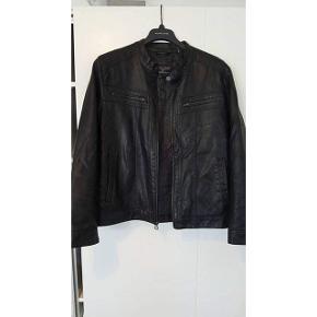 Herre læder jakke fra Wilson Leather i str. L. Købt for $350 i deres butik i San Fransisco. Aldrig brugt. Den er behandlet mod vand osv.