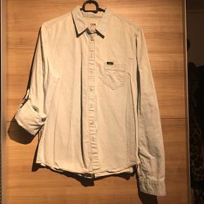Denim skjorte fra Lee. Kun brugt 2 gange og fremstår derfor som ny