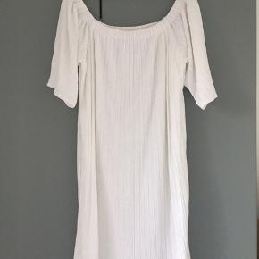 """Fin Selected Femme kjole i plissé. """"Stropløs"""" - skal sidde nede om skuldrene. Nypris 699.  Køber betaler forsendelse."""
