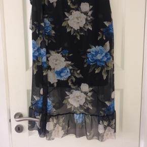 Blomstrede nederdel fra PIECES. Brugt en gang. Str. M   Ny pris: 350  Pris: 150