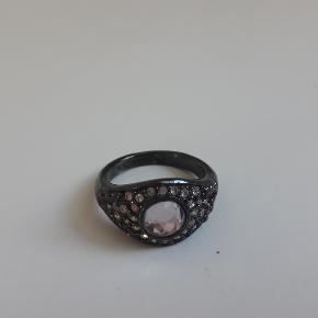 Flot ring fra pilgrim med simili sten Den fremstår flot Str 55  købs pris 300kr den sælges for 50kr kan sendes med postnord til 10kr eller med DAO for 38kr