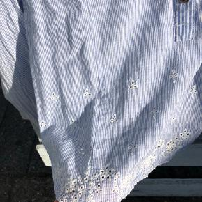 Plus Fine skjorte str S med fin broderi detalje