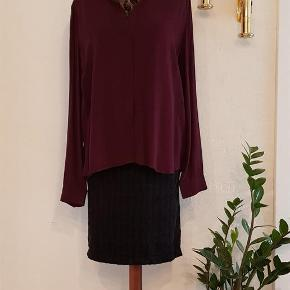 Varetype: Skjorte Farve: Bordeaux Oprindelig købspris: 999 kr.  Idaline skjorte fra custommade. Str 42 /xl. Nypris 999. Aldrig brugt  Mindstepris 400 pp  Bytter ik