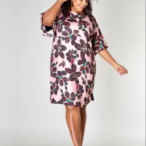Helt ny kjole fra Ivybella Amsterdam i str 46. Købt i lørdags til brug til konfirmation søndag, men blev aldrig brugt, så prismærke er stadig på.  Nypris 549,99 kr.