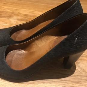"""Varetype: Lækker  """" slangeskinds """"  pumps  Farve: Sort Oprindelig købspris: 899 kr.  Plateau foran , hæl højde 7 cm   De er kun brugt 3-5 gange , så de er som nye"""